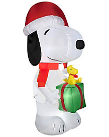 5.5 Ft Snoopy Holding Present Inflatable - Decoration